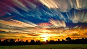 Prachtige uitgesmeerde time-lapse-wolken
