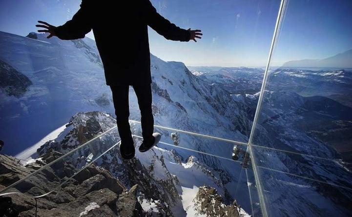 Glazen box op het topje van een berg