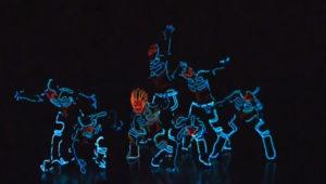 Unieke dansact met lichtgevende pakken